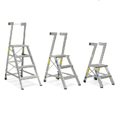 סולם מדרגות קבוע מאלומיניום כולל ידית אחיזה וגלגלים – מקצוענים סולמות חגית